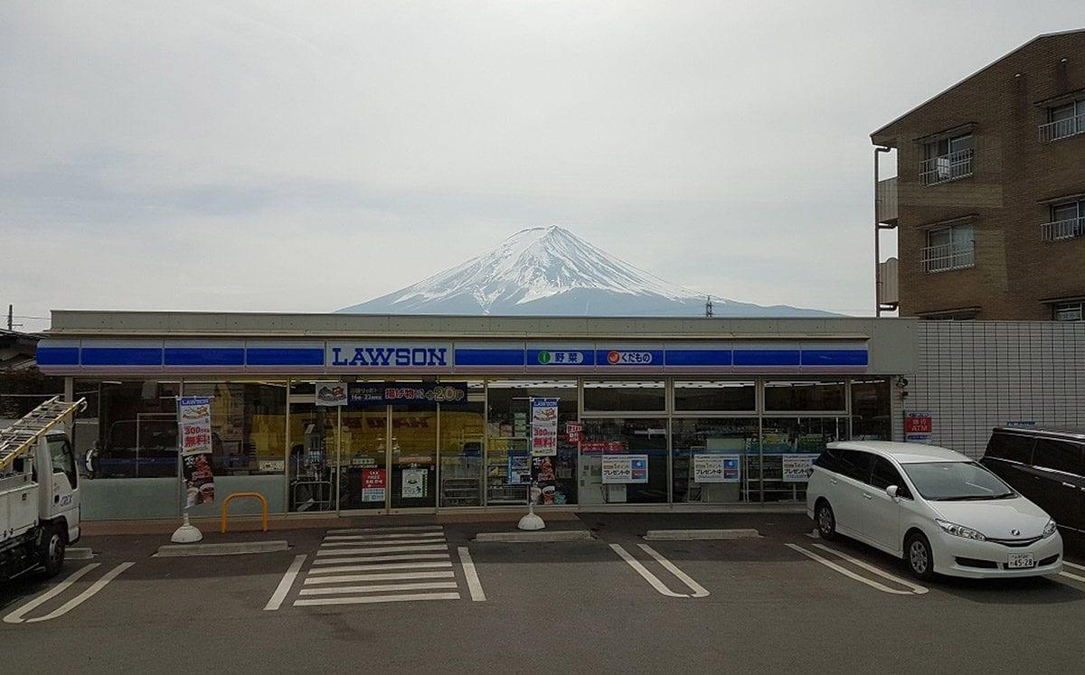 Konbini:  tiendas de conveniencia las 24 hrs.