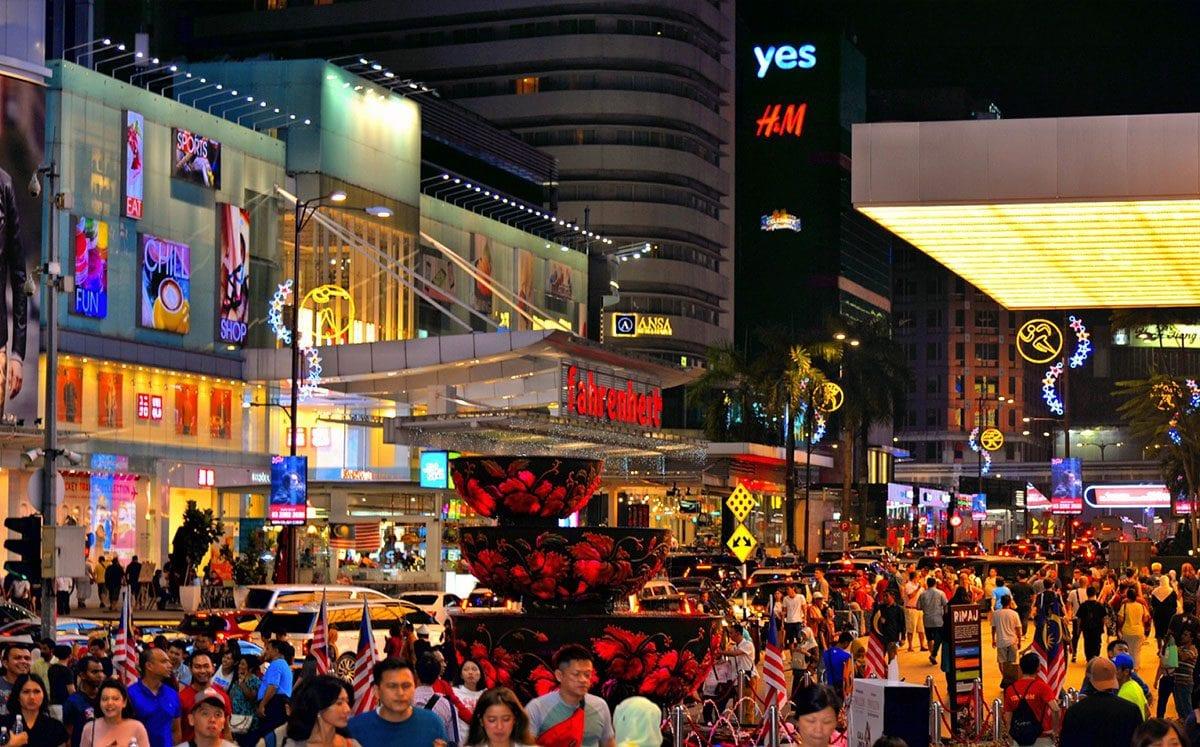 Pasear por la noche en el Distrito de Bukit Bintang