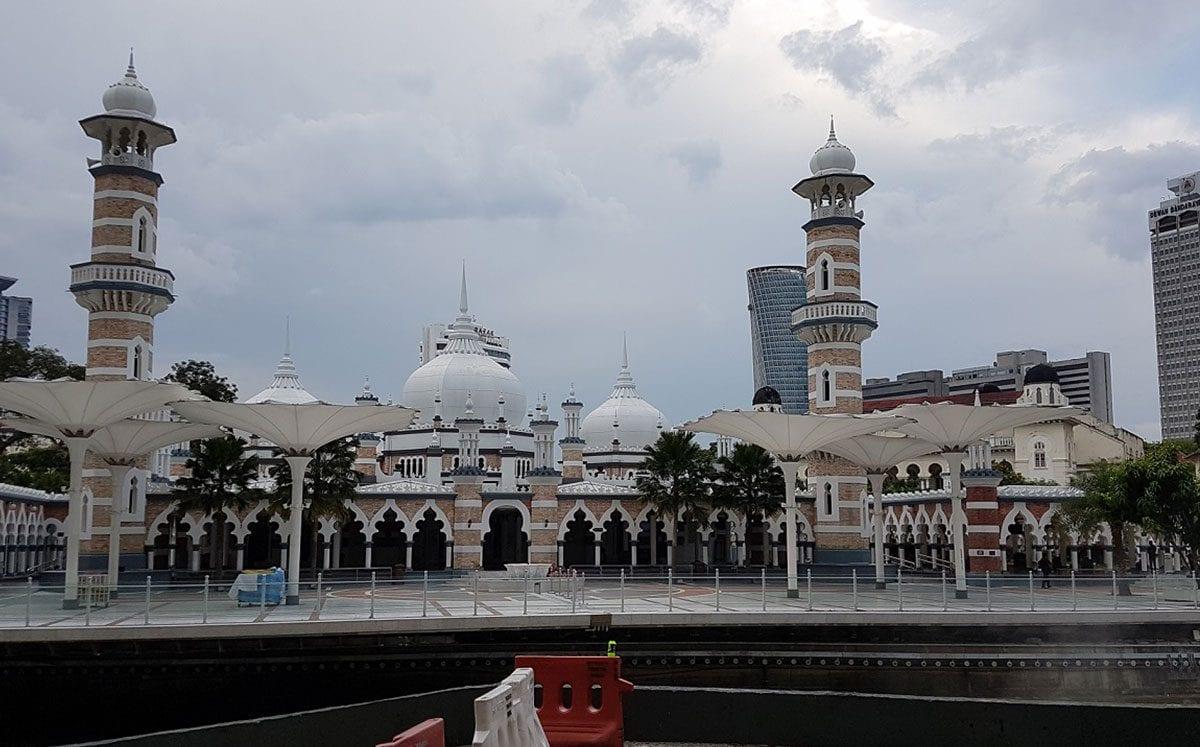 La Plaza Merdeka y los edificios a su alrededor con una vista espectacular