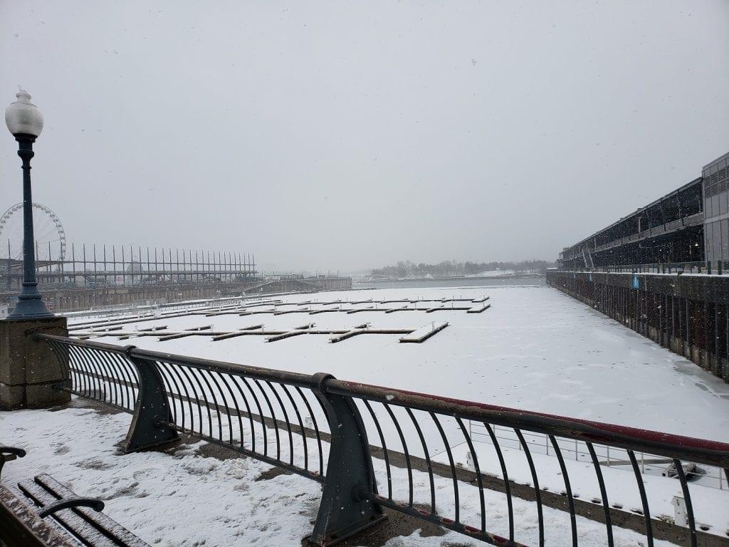 Actividades bajo la nieve en el Viejo Puerto:  La Grande Roue, la pista de patinaje sobre hielo y la tirolesa