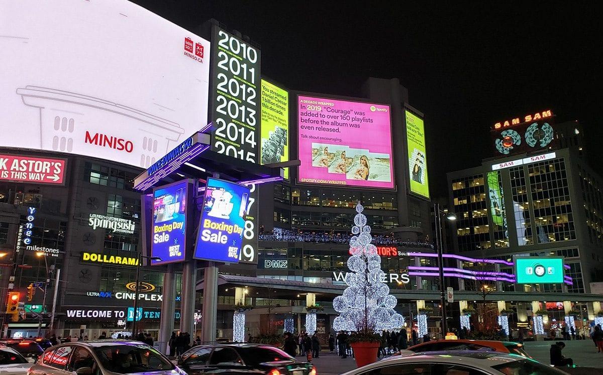 Yonge–Dundas Square… una plaza llena de luces y entretenimiento